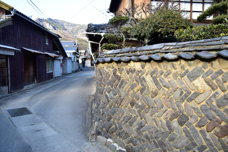 石積みの塀と焼杉の黒壁