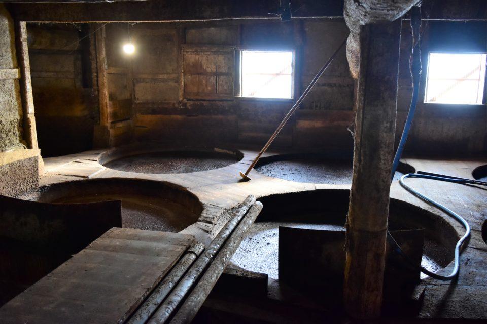 木桶と蔵の菌の力を借りて発酵は進む