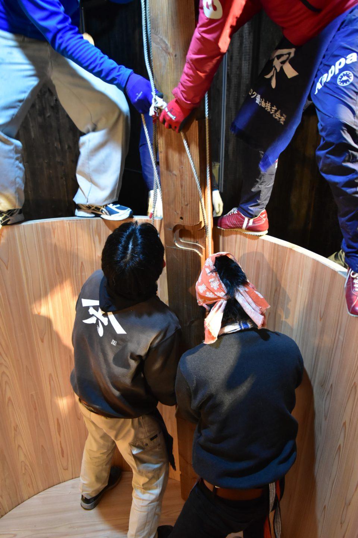 木桶作りのクライマックスは底板の打ち込み