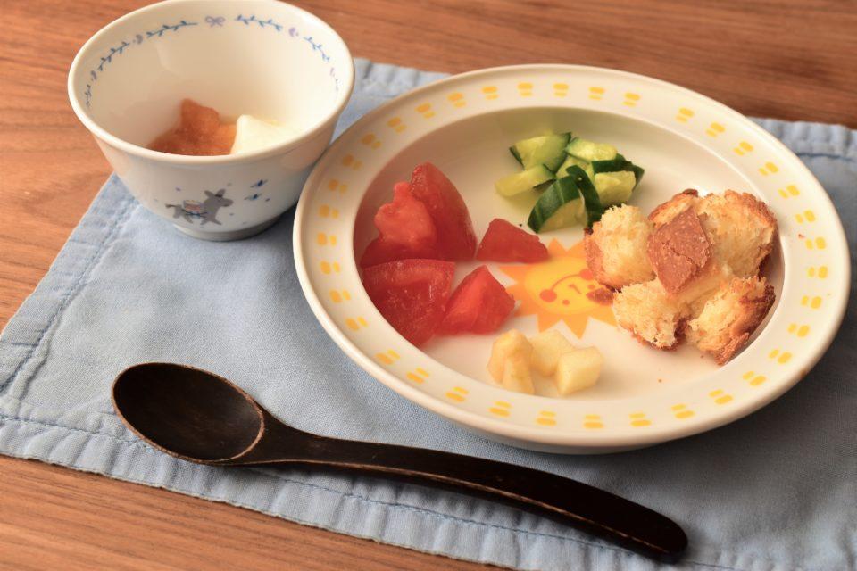 野菜と果物 手作りのパンとヨーグルト