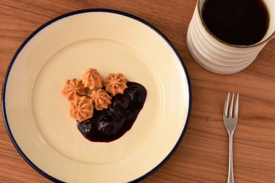 ペタペタメレンゲ菓子にブルーベリーソースと大豆コーヒー