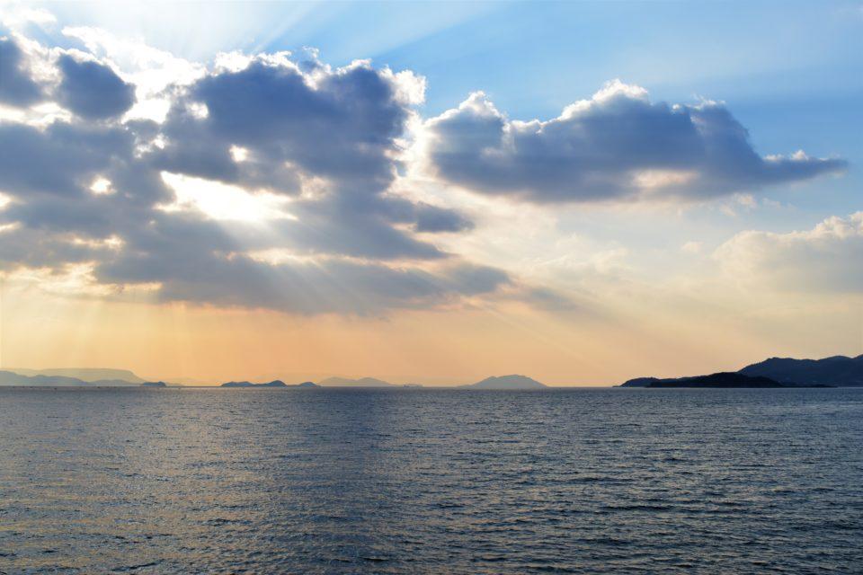 穏やかな瀬戸内海を照らす陽光