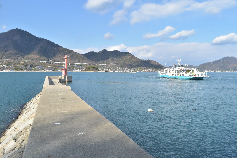 生口島と岩城島をつなぐレモン色のフェリー