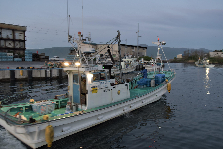 寿都漁港を出る小女子の敷き網漁船
