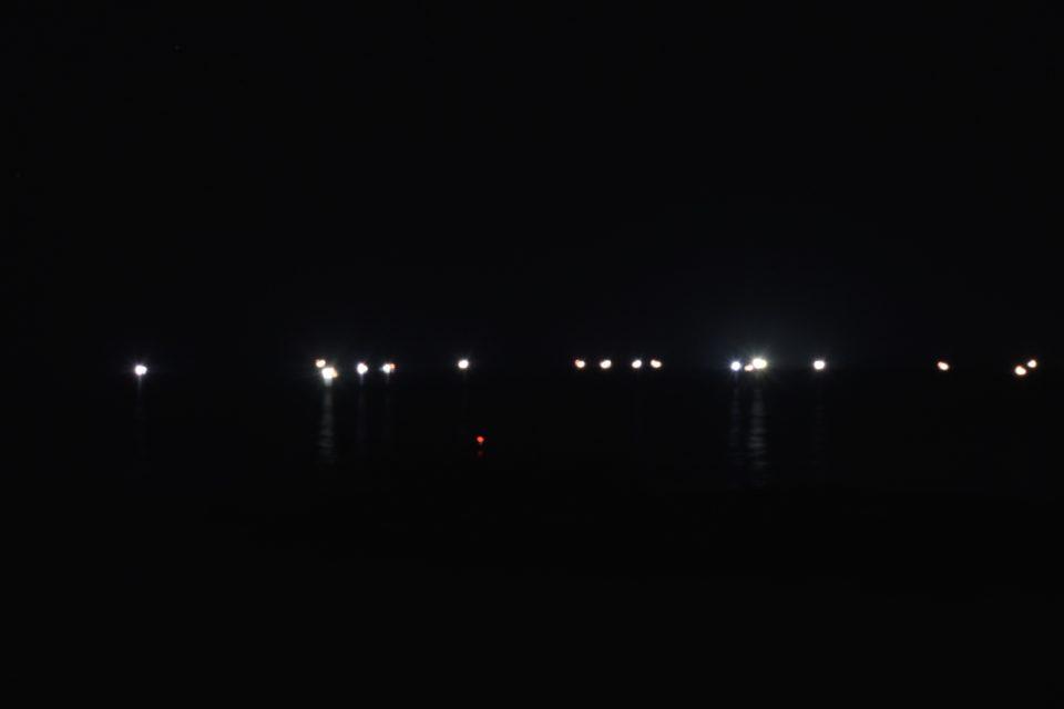 弁慶岬の沖合に集まる漁船団